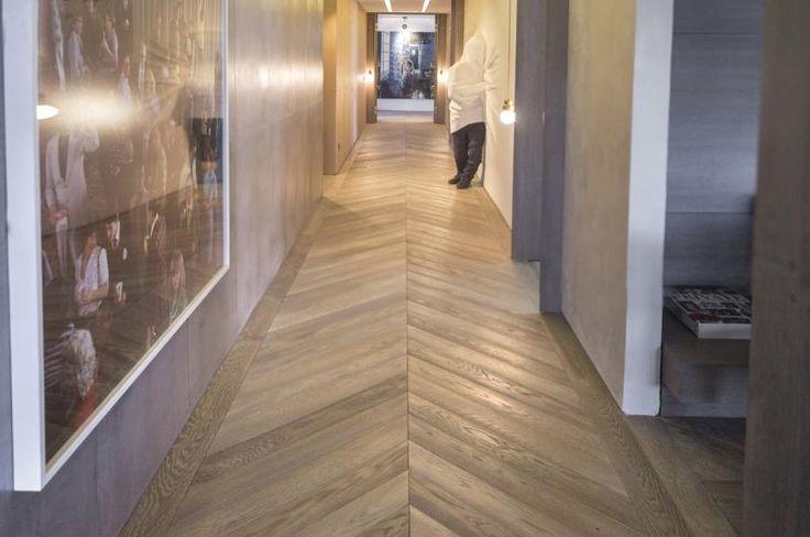 Dubová podlaha Mardegan s rybinovým vzorem.  / Oak wood flooring Mardegan with modern herringbone pattern. / http://www.bocapraha.cz/cs/produkt/917/russian-coffee-loire-castles/