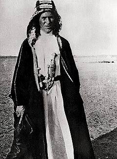 Lawrence Rabeghissa 1917 yllään perinteinen arabikaapu, josta tuli hänen tunnuksena. Faisal antoi Lawrencelle omia vaatteitaan, jotta tämä tunnistettaisiin leirissä etuoikeutetuksi henkilöksi.