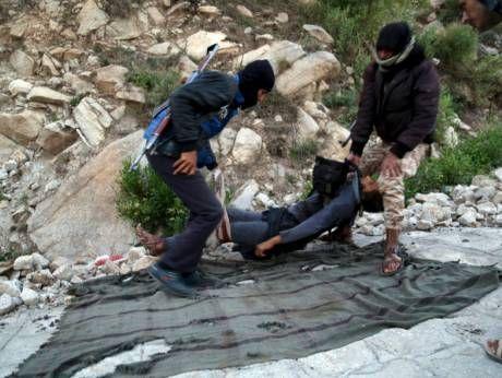 KIBLAT.NET, Sana'a – Sekitar 35 militan Syiah Hutsi dikabarkan tewas dalam bentrokan dengan pasukan pemerintah Yaman di wilayah Taiz. Baku tembak itu meletus setelah mereka mencoba merebut kembali bagian barat kota tersebut. Pasukan koalisi yang dipimpin oleh Arab Saudi melakukan seragan udara besar-besaran untuk menghadang pergerakan milisi Hutsi. Mereka juga terlibat bentrokan dengan pasukan darat. …
