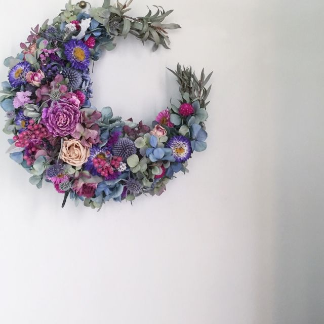 THIS is so interesting.  The crescent moon shape is one I have never seen used for a wreath.  I'd love to make one of these in the Fall.