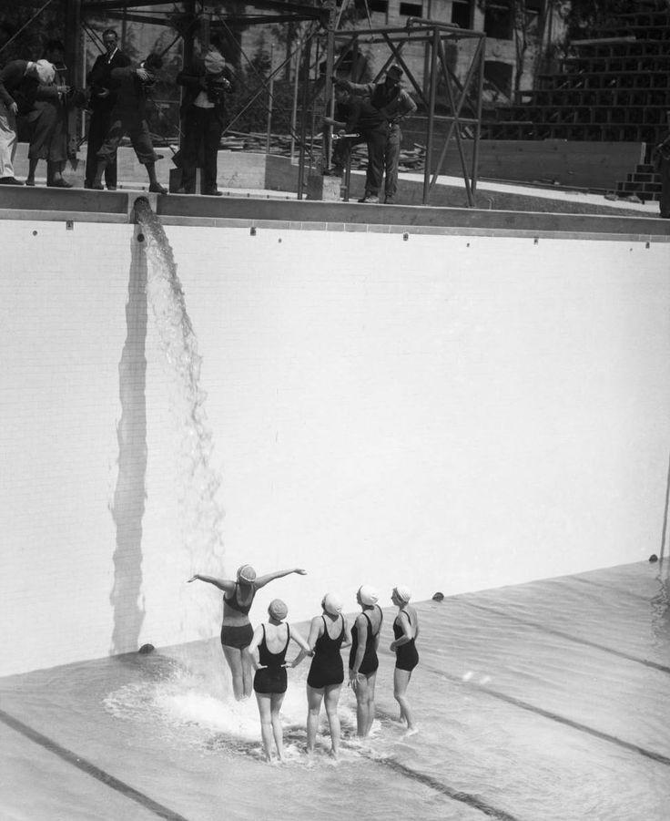 La photo a été prise lors d'une séance organisée lors de l'inauguration et du remplissage de la piscine des Jeux Olympiques de Los Angeles 1932