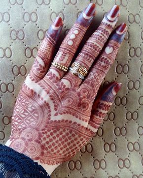 3rd Day Stain and still getting strong ❤ To Learn Henna mixology and to Enhance ur Art of Henna Join Our work shop. Last date to block ur seat is 20th of Oct 2017. For Further details email us : @Nashwahhayat@gmail.com -I don't accept any kind of Bookings/apointmnts/meetings/purchases sent Via DM'S. THANK YOU! #mehndibyhayat