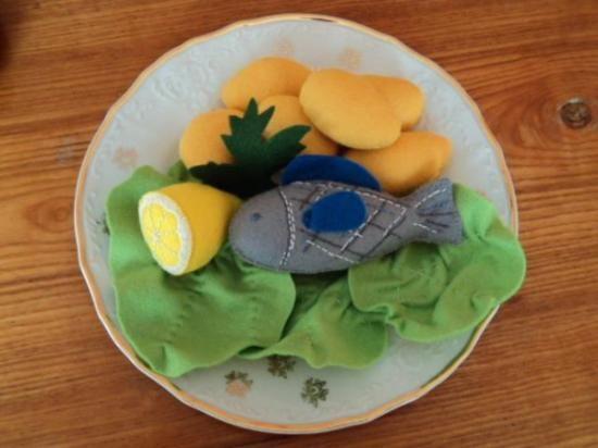 pesce con le patate, insalata, limone. giocatolo per bambin il pranzo feltro cucito a mano