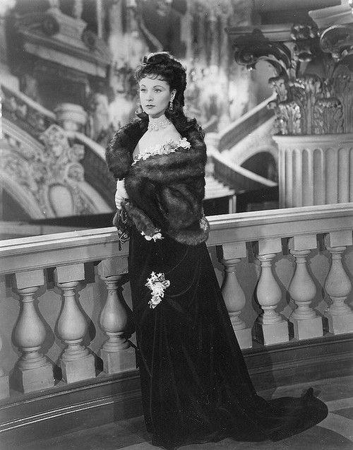 Vivien Leigh in Anna Karenina, wearing a velvet ballgown and fur wrap  (via Tian)