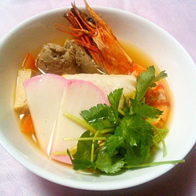 明けましておめでとうございます(≧∇≦*)  我が家のお雑煮は 海老、すり身、にんじん、三つ葉に焼き餅入り。おだしは醤油ベース。  ここのおうちの昔からのお雑煮。  実家とはちょっと違います。 - 44件のもぐもぐ - 我が家のお雑煮朝ごはん by yukkomama