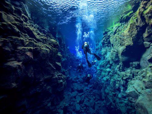 To στενο περασμα Silfra  Το στενό αυτό υδάτινο πέρασμα βρίσκεται ανάμεσα στο Εθνικό Πάρκο Thingvellir της Ισλανδίας και είναι το μοναδικό μέρος στον κόσμο όπου οι επισκέπτες μπορούν να κολυμπήσουν ανάμεσα σε δύο ηπείρους. Εκεί θα βρείτε πεντακάθαρα νερά και σε κάποια στενότερα σημεία μπορείτε να αγγίξετε ταυτόχρονα τις ηπειρωτικές πλάκες της Βόρειας Αμερικής και της Ευρώπης.
