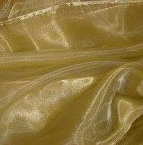 #Organza is een stevige, dunne stof. Het is glanzend, soms zelfs 'fonkelend' en veerkrachtig. De stof voelt wat korrelig aan, zoals fijn schuurpapier. Organza kun je gebruiken voor damesblouses, formele jurken en als garnering.