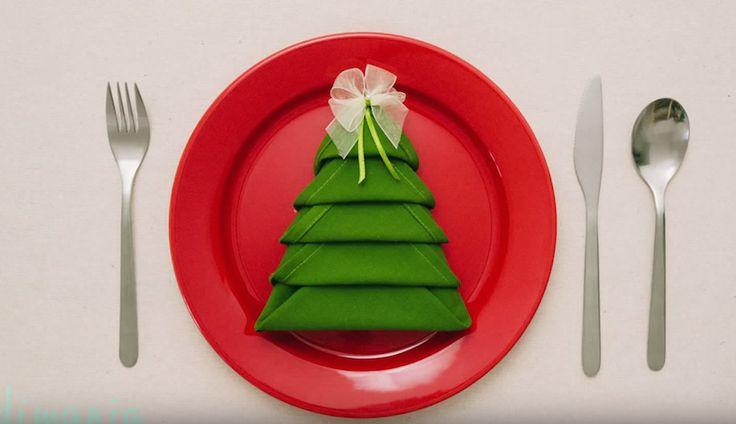 De här söta servetterna, i form av julgranar, är inte alls så svåra att vika som man kan tro. Supersnyggt till julens alla fester!