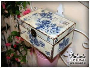 Caseta cu flori albastre, realizata la Atelierul Deco Craft - Shabby Chic si Tehnica servetelului #shabby_chic #ateliere_creatie #servetele_flori_albastre #tehnica_servetelului #servetele_decoupage