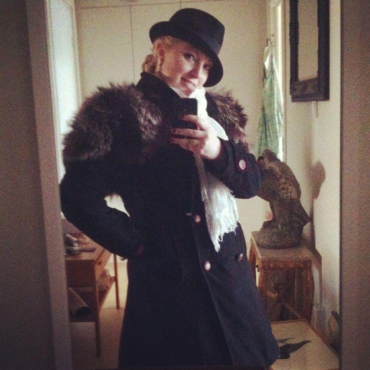 Klädd för vinter; päls funnen i farmors gömmor, hatt från loppis, örhängen från HM och halsduk från Lindex.