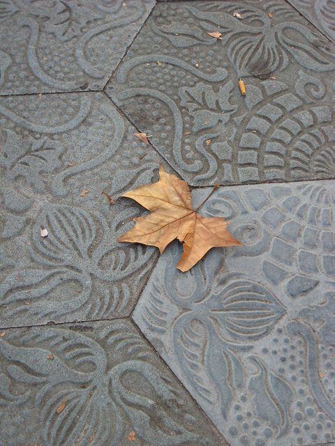 Otoño en Barcelona - Autumn in Barcelona | Tiles of the P° Gracia (Gaudi's design)