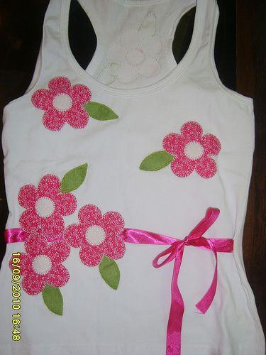 Flores rosa - camiseta branca - Patch Jujuba - by Silvana