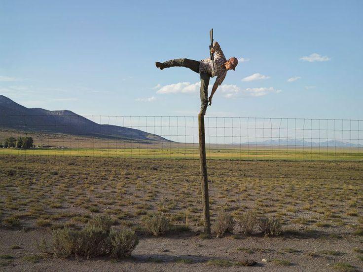 Nein, natürlich ist das nicht die Art, wie Tommy üblicherweise Kojoten von seiner Farm in Nevada vertreibt. Lucas Foglia legte Wert darauf, ...