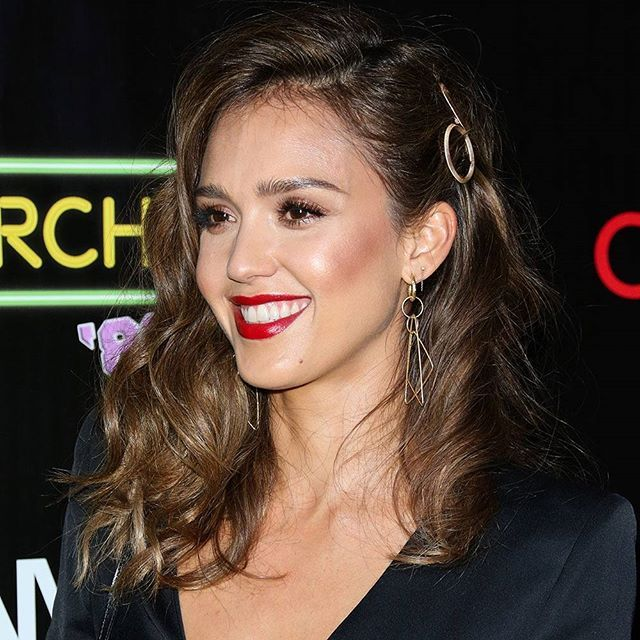 @JessicaAlba put a modern spin on old Hollywood glam by swapping S-waves for beach waves, matte red lipstick for high-shine gloss and bronzer for creamy, rose gold highlighter. And the brushed gold barrettes are the cherry on top. #TodaysBeautySecret #F4F #purse #L4L