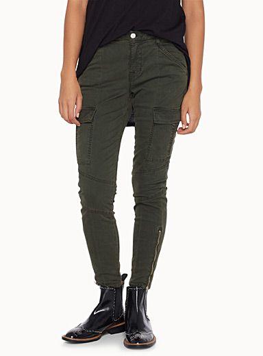 J Brand chez Icône   Le look militaire est au top des tendances pour la saison   Ce pantalon vert mousse aux détails utilitaires sera un…