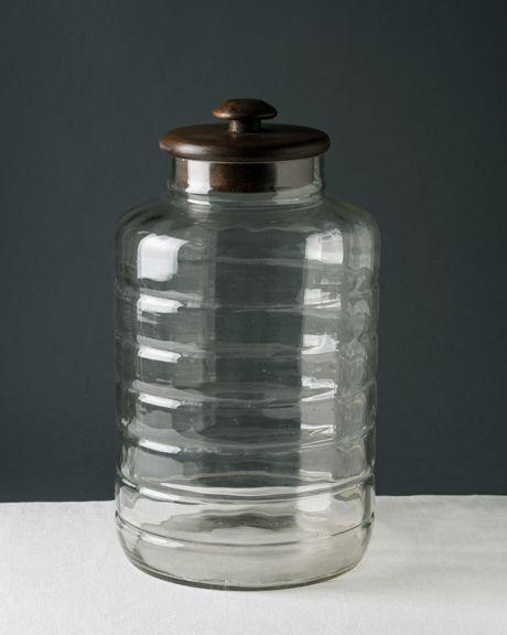 Grande vaso espositore  in vetro soffiato con coperchio (non originale) in legno. Un tempo usati nelle botteghe, drogherie o farmacie per esporre la merce sfusa, questi contenitori conservano sempre un loro fascino. Esemplari di queste dimensioni sono rari. Eccellente condizione. Altezza 35 cm, diametro 20 cm.