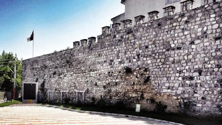 14. yüzyıl başlarında Bilecik, Yarhisar ve İnegöl fetihlerinin ardından bölgedeki aktif gaza faaliyetlerine ivme kazandıran Osman Gazi'nin, şöhreti ve diğer Türkmen beylikleri içerisindeki it…
