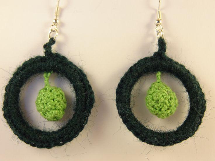 Pendentifs d'oreilles en perles tricotées créoles et boules vert foncé et vert anis. : Boucles d'oreille par la-fabrique-de-cadot