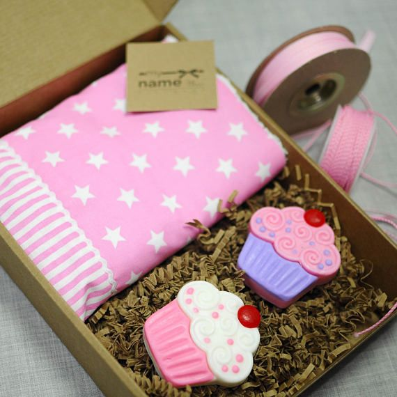 Cute cupcake baby set with pink, hand towel and glycerin soaps. The basic set includes: - the hand towel (50x30cm / 20x12in) - two soaps - the gift box You may add more soaps to the set or you may match the soaps to the personalized towels,