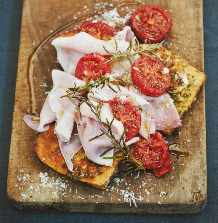 Statt in süßer Eiermilch badet Weißbrot in Eiersahne und Parmesan. Mit Schinken und karamellisierten Tomaten der Frühstücks-Hammer!