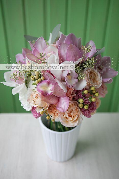 Свадебный букет из белых и розовых орхидей с персиковыми пионовидными розами, ягодами и эвкалиптом