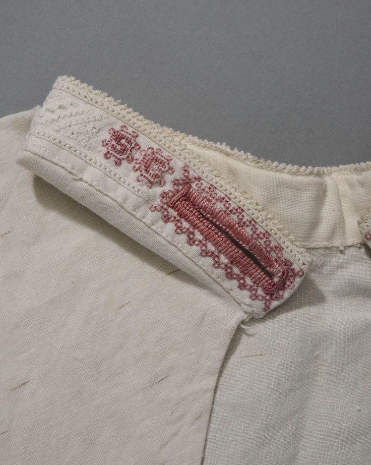 halsje, geborduurde halsboord van Marken, 1950. Man. Linnen #NoordHolland #Marken Kleding van een visserman werd altijd gemerkt met initialen voor als het schip verging op zee, men kon dan iemand identificeren aan de kleding, ook had elk vissers dorp zijn eigen (kabel)patroon in de wollen truien