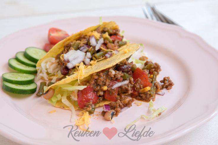 Deze smakelijke tacoschelpen gevuld met Mexicaans gehakt en rijst zet je in een mum van tijd op tafel. Zet bakjes op tafel met geraspte kaas, salsasaus,