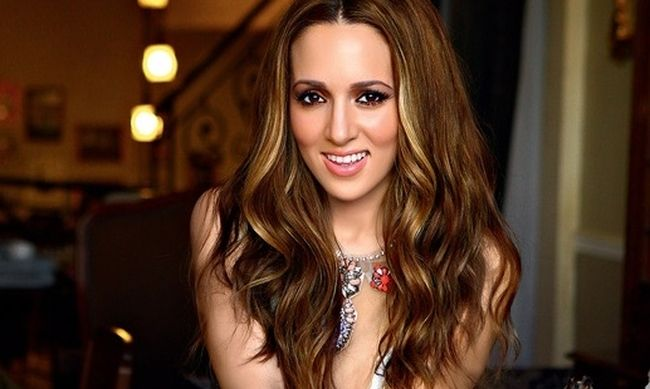 Η Καλομοίρα θα είναι η παρουσιάστρια των Backstage του Rising Star (video)