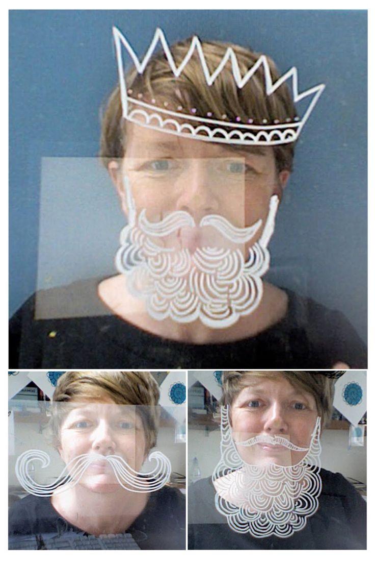 Un'idea simpatica e divertente: disegnare la barba di Babbo Natale sulla vetrina e proporre alle clienti di farsi un selfie!