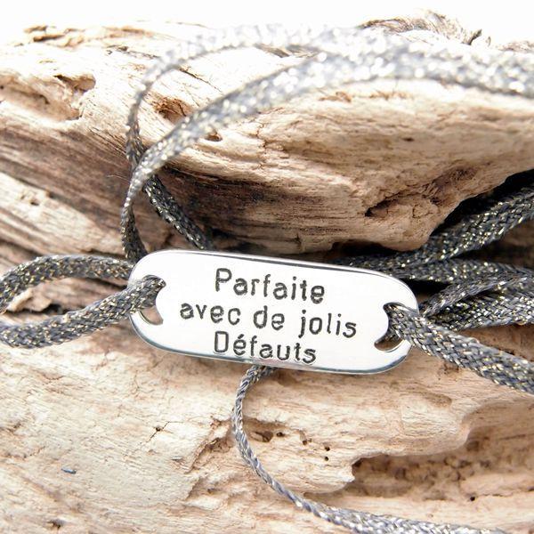Bracelet personnalisé plaque à graver en argent 925 sur ruban lamé aimanté, réglable par 2 noeuds coulissants, à porter en bracelet multi-tours