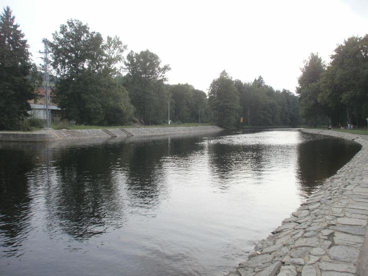 Pohled na klidnou  řeku Otavu, která dokáže svou vodou zalít  i vzdálené náměstí.
