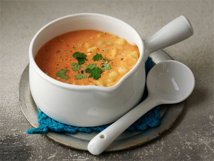 Koskenlaskija sulatejuusto tuo ihanaa pehmeyttä tähän helppoon tomaatti-pastakeittoon.