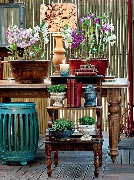 Escadinha Prática: De madeira de demolição, a escada aumenta o espaço disponível para plantas na varanda. Em vez de mais uma peça corriqueira, ela traz o verde em diferentes volumes. Os vasos ficam organizados, sem tumultuar a área