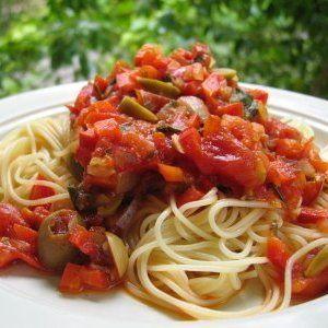 プロ仕様!夏にうれしい 生トマトの冷製パスタ!冷製パスタで さっぱりとおいしいランチはどうでしょう。 ちなみにイタリアでは、冷たいパスタの習慣はなく、 ローマでごくごく最近流行ったぐらいなんです。 ★材料(2人分) カペッリーニ(細いパスタ) 60g トマト 5個 にんにく(すりおろし) 小さじ 1/4 ハチミツ 小さじ 1/2 EXVオリーブオイル 80cc 塩、コショウ 適 バジル 2枚 オリーブの実 4個
