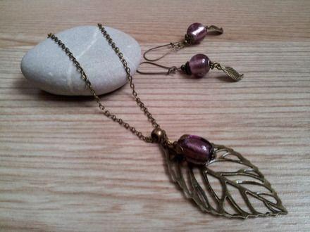 Très belle parure composée :  - d'un collier mi-long en chaine fine maille en métal couleur bronze avec un pendentif en forme de feuille filigrané en métal couleur bronze ag - 16983105