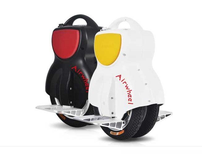 Airwheel Q1-es, fehér színben sárga oldalpárnázással és fekete színben, amihez piros színű az oldalpárnázás. A Q-sorozat két kerékkel van szerelve, a Q1 pedig a belépőmodell, nagy fokú stabilitással és mégis csekély súllyal.