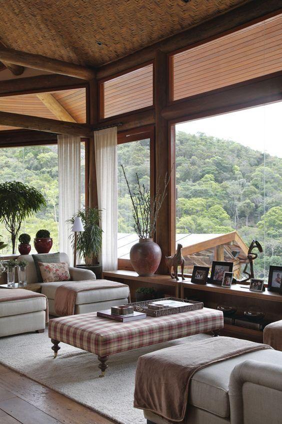 Aberturas em vidro sobre as vergas das portas e janelas dão maior amplitude ao ambiente e vista.