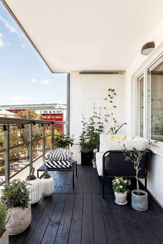 ゆったりとした開放的なウッドデッキのベランダの屋外リビング: