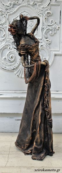 Lady bronze statue with paverpol