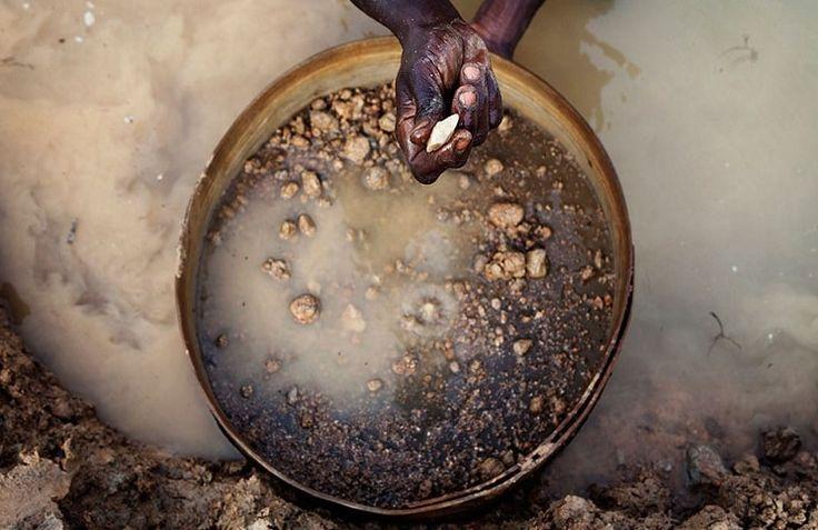 Пастор христианской церкви Эммануэль Момохом нашел в районе Коно на востоке Сьерра-Леоне один из крупнейших алмазов в истории, сообщает 316NEWS со ссылкой на bognews.org. Вес неограненного камня составляет 709 карат. Отмечается, что в настоящее время алмаз хранится в центральном банке Сьерра-Леоне