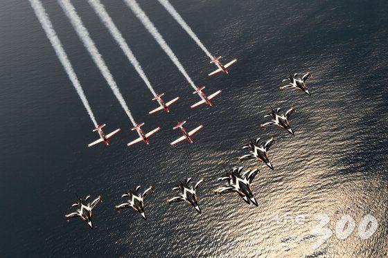 3월 24일(금) 대한민국 공군 블랙이글스(T-50 8대, 앞)과 인도네시아 JUPITER 팀(KT-1 6대, 뒤)의 우정비행 모습.  대한민국 공군 최초로 국산 항공기를 운용하는 외국군과 외국 하늘에서 전 세계인이 지켜보는 가운데 비행을 실시했다./사진=공군