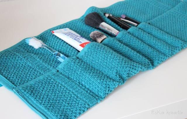 Geniale Idee und so simpel:  Handtuch - Nähmaschine - Schleifenband (oder Ihr lasst es weg).   Einfach das Handtuch in gewünschtem Maße umlegen und Fächer nähen, Eure Bürsten, Pinsel und Pasten hineinstecken und zusammenrollen. Das Schleifenband herumwickeln und zubinden. Perfekt.