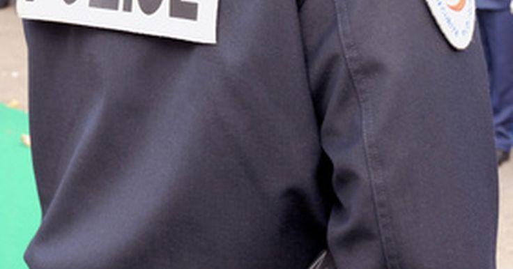 Definición de una orden de detención. Las órdenes de arresto son emitidas por un tribunal de justicia a los sospechosos de cometer cualquiera de un delito menor o delito grave cuando un agente de policía no está presente para presenciar el crimen. Después de emitir una orden de arresto por un presunto delincuente, se requiere que el agente que lo detuvo lleve al sospechoso a juicio ...