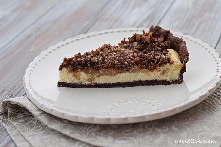 Chocolate Pear Cheesecake Crumble Pie / Cheesecake s hruškami, kakaovým korpusem a drobenkou | Na vidličku food blog