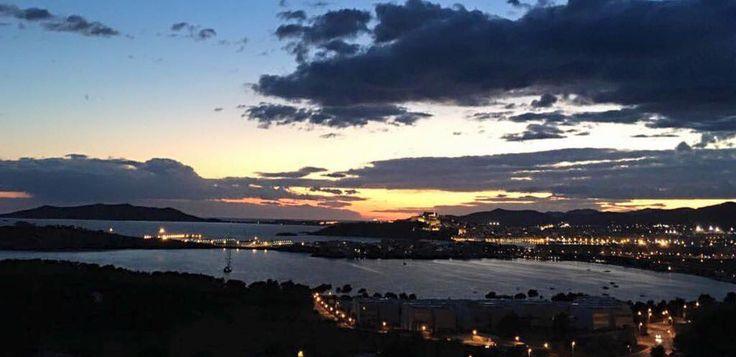 Impresiona el atardecer en Ibiza. La inmensidad del cielo y el mar. Foto de @marcodadone #Instagram  Así es el invierno en Ibiza. Impresive sunset in Ibiza  The inmensity of the sky and the sea. Photo by @marcodadone #Instagram  This is winter in Ibiza.