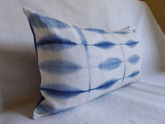 Fodera per cuscino tinti a mano utilizzando indaco naturale e una tecnica giapponese di shibori.  Cuscino lombare 12 x 20 / 30x50cm  Sostenuto con indaco pianura biancheria.  Cerniera nascosta. Solo la copertina.