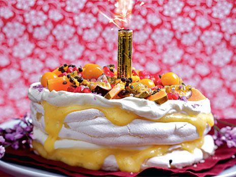 Pavlova med maräng samt en lime- och passionscurd. Recept från boken Spisvärme.