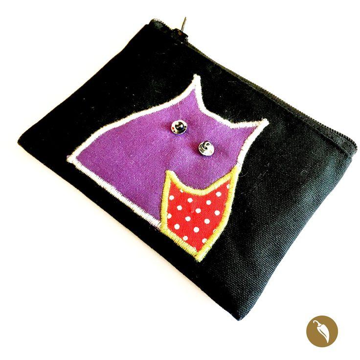 Monedero hecho completamente a mano donde se destacan sus finas terminaciones y minuciosidad. El diseño del gato esta increíblemente bordado a pulso en máquina de coser y sus ojos están hechos de lentejuelas y cuentas de vidrio son la portada de este delicado monedero. Olga Kostich como siempre se caracteriza por sus impecables terminaciones.  Autor:Olga Kostich Colección:Gato. Dimensiones: 11,5 cm por 9 cm. Material: Mezclilla y algodón. Pieza única: No.