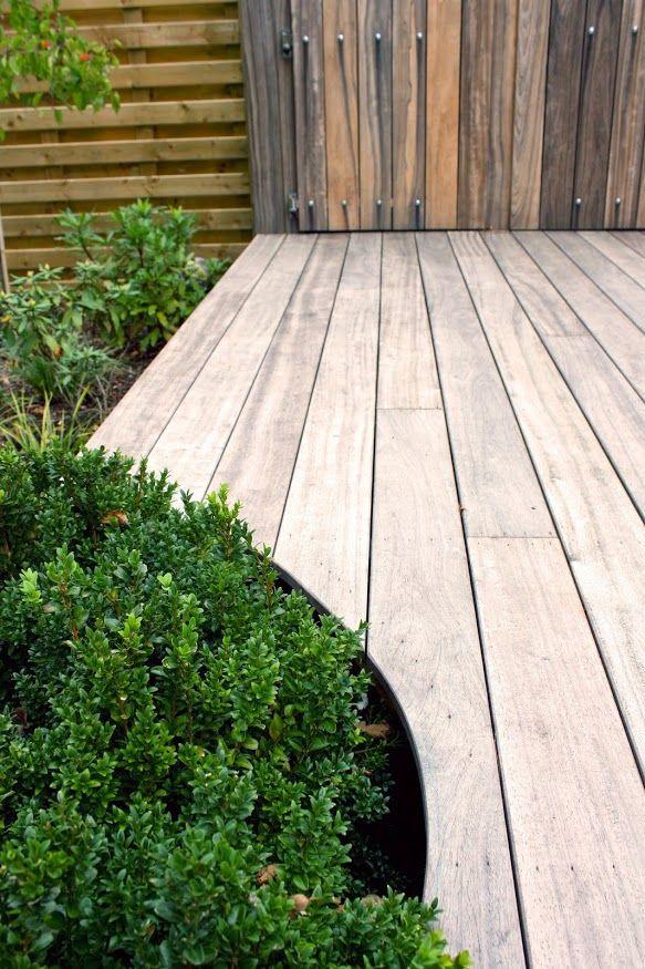 Nova concepts houten terras uitgevoerd in padoek het terras volgt de lijnen van de beplanting - Terras houten pergola ...