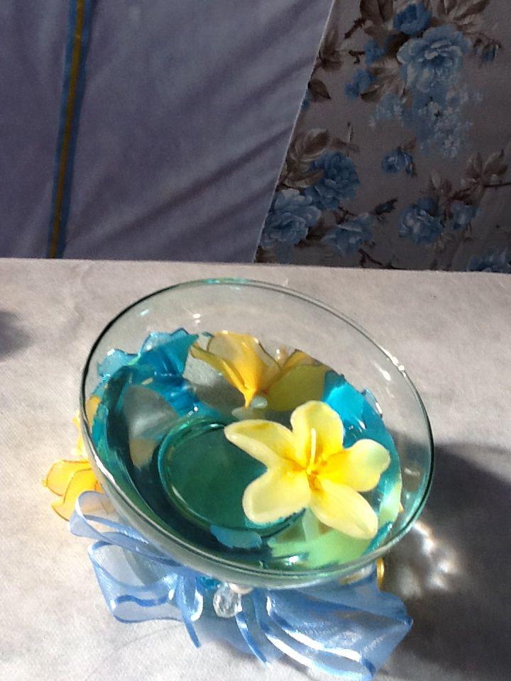 Centros de mesa com flores de meia  de seda, vela flutuante,